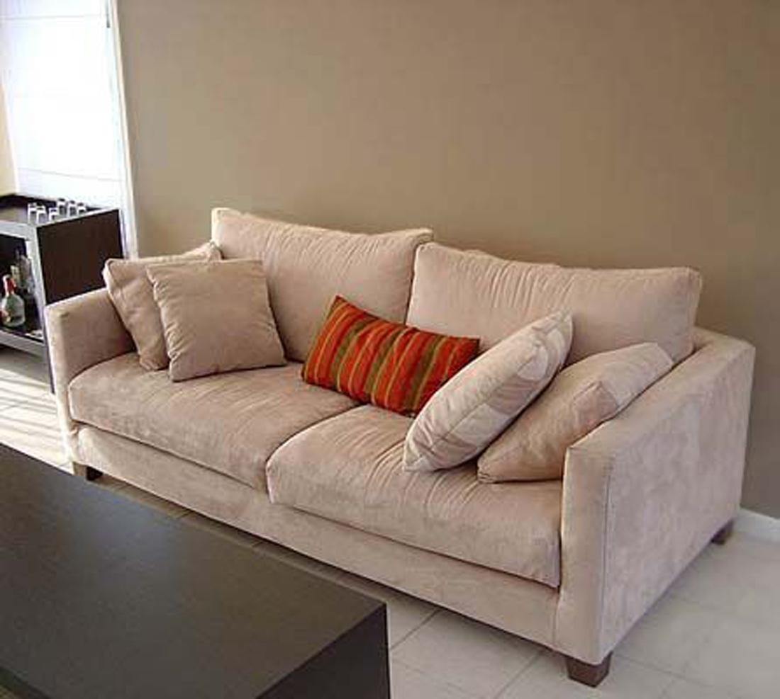 класичний диван з подушками